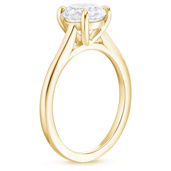 Помолвочное кольцо с бриллиантом желтое золото вид сбоку